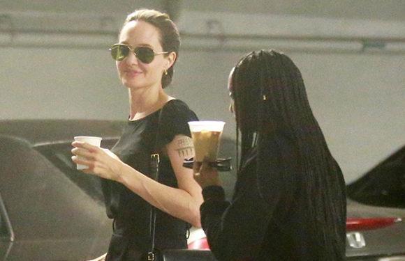 Анджелина Джоли на прогулке с дочерьми в Лос-Анджелесе