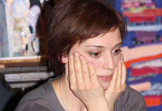 Актриса Нелли Уварова постриглась наголо в поддержку Заворотнюк