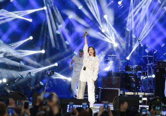 Темникова превратила девичьи песни в большое шоу
