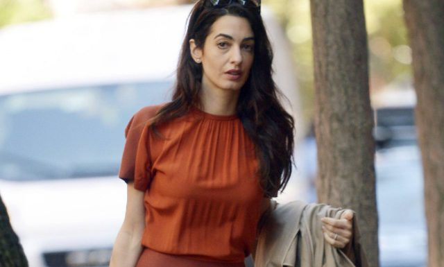 Амаль Клуни учит носить самый модный цвет сезона