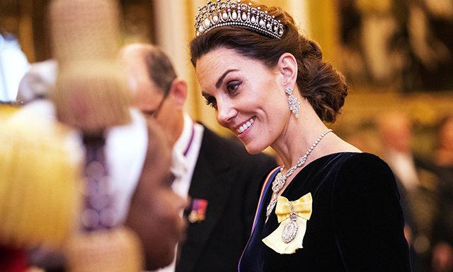 Кейт Миддлтон, королева Елизавета II, принц Уильям и другие на приеме в Букингемском дворце