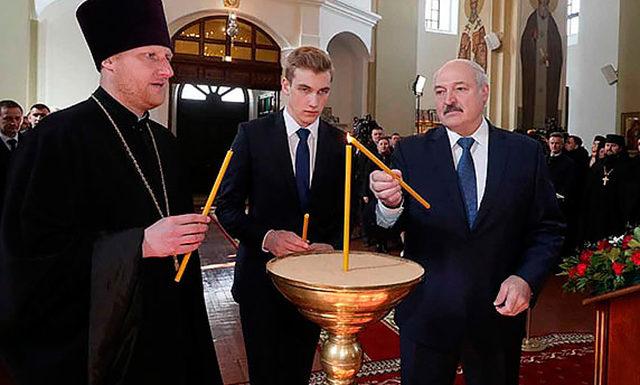 В сети обсуждают новые снимки 15-летнего сына Александра Лукашенко, сделанные во время пасхальной службы