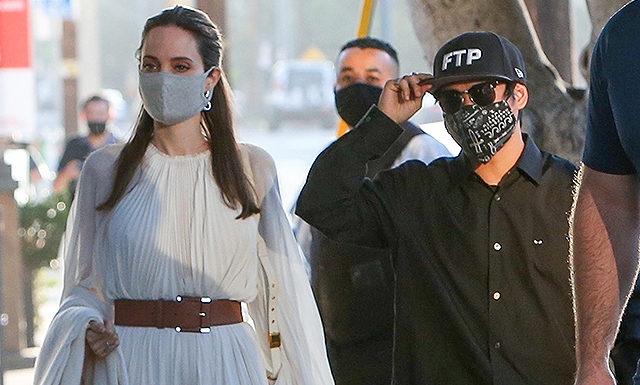 Анджелина Джоли в струящемся кремовом платье на прогулке с сыном Паксом в Лос-Анджелесе
