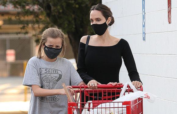 Анджелина Джоли сходила в магазин с дочерью Вивьен в Лос-Анджелесе